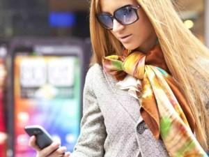 Joven chequea tendencias de moda en celular