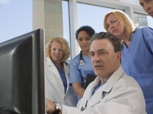 Médicos frente al com´putador