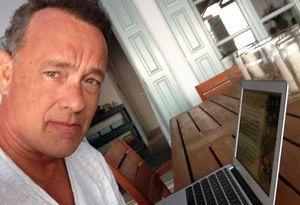 Tom Hanks con su laptop