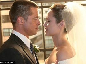 Brad Pitt y Angelina Jolie se besan