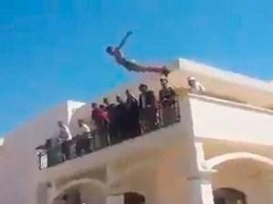 """Miliciano hace un """"clavado"""" en la piscina de la Embada de USA en Libia"""
