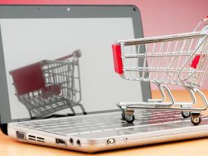Laptop con carrito de compra de supermercado