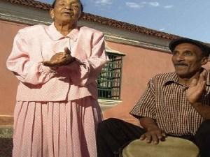 Olga Camacho y un músico coriano