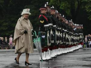 Reina Isabel durante parada militar