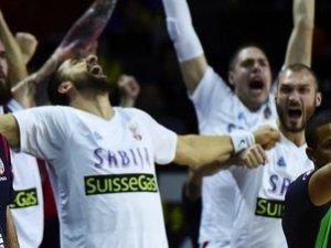 QEquipo serbio celebra pase a semifinales