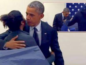 Obama besa a una electora