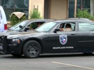 Policía de Dallas custodia casa de enfermo