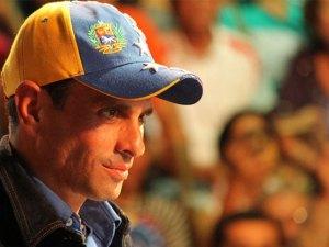 Enrique Capriles con gorra en miting