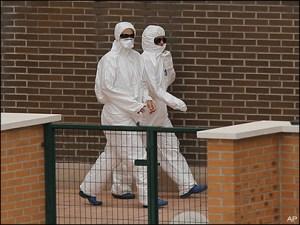 Sanitarios españoles con protección ébola