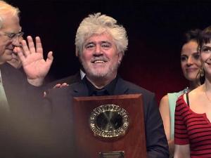 Pedro Almodovar recibiendo premio Lumiere