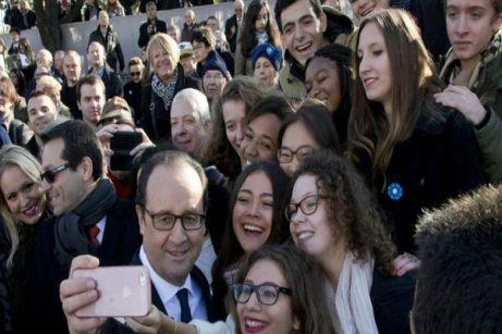 El presidente de Francia Francois Hollande en la tumba del soldado desconocido