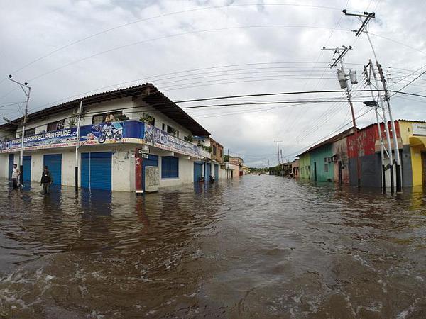 Debido a su topografía plana, es una zona vulnerable a las inundaciones durante la temporada de mucha precipitación y, en consecuencia, es un terreno constituido por arcilla, arena y grava depositadas por las aguas de los ríos que van erosionando las tierras a su paso