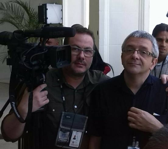 Iñaki, sostiene la cámara, junto al periodista Marcos Salgado en Caracas
