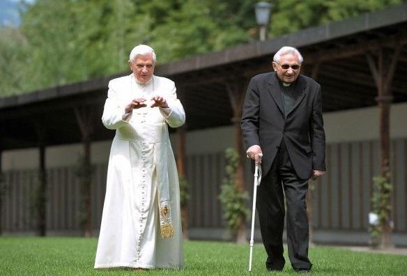 Georg Ratzinger (a la derecha, junto a su hermano, el papa emérito Benedicto XVI) tiene 92 años y vive en Ratisbona.