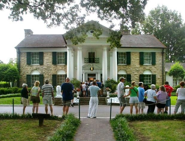 """Cada año los fans cumplen con la peregrinación de visitar con velas encendidas en homenaje a """"El Rey del Rock"""" en la que fue su mansión en Graceland"""