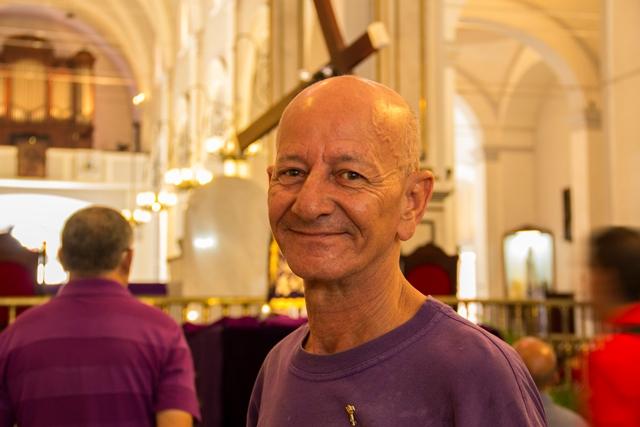 El señor Humberto es conocido por los fieles que con regularidad visitan la Basílica, a los que recibe con una enorme sonrisa y si están interesados les cuenta un poco de la historia de la casa del Nazareno.