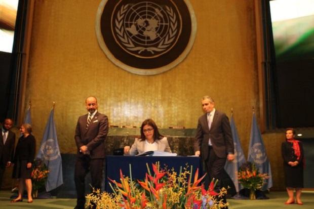 Delcy Rodríguez, Canciller de Venezuela firma el Acuerdo sobre el Cambio Climático