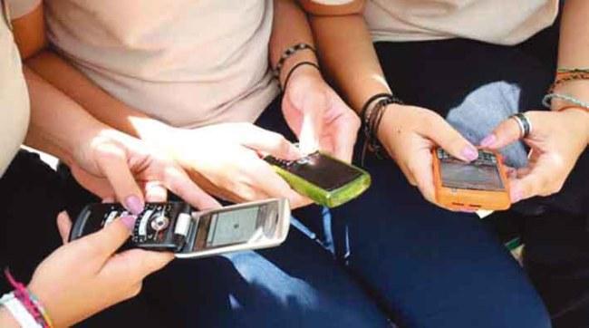 Estudiantes de bachillerato con modelos de teléfonos celulares marca BlackBerry. Caracas, 05-02-2010 (HENRY DELGADO / EL NACIONAL)