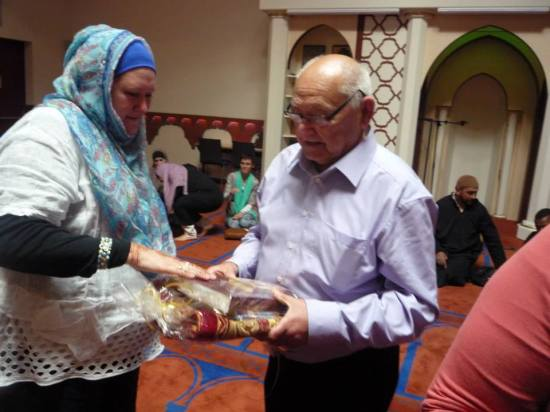 la petite fille qui apprend la Shahada à son grand-père9