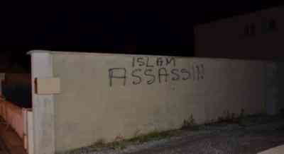 Tags sur une mosquée de Calais