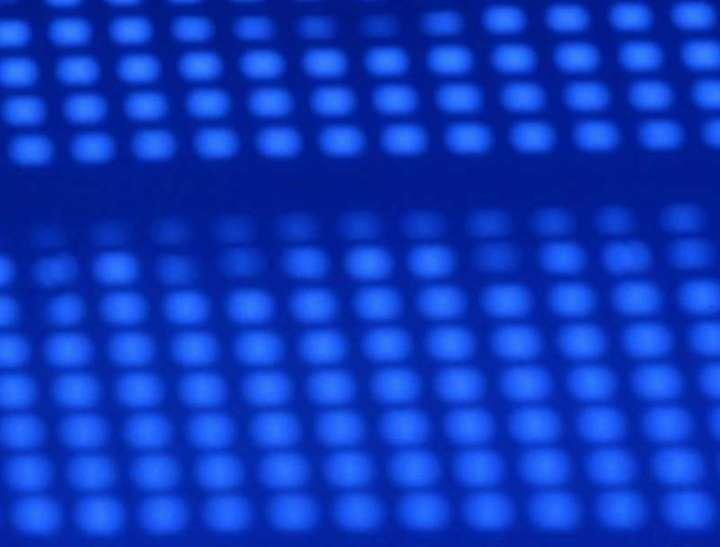 Jeu d'ombres sur un mur bleu