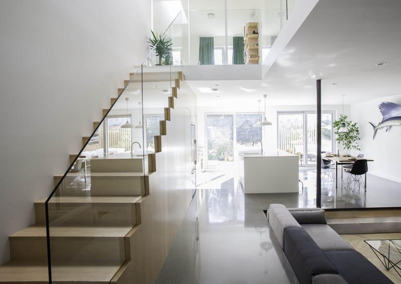 casa con giardino   lo spazio a piano terra con il soggiorno ribassato