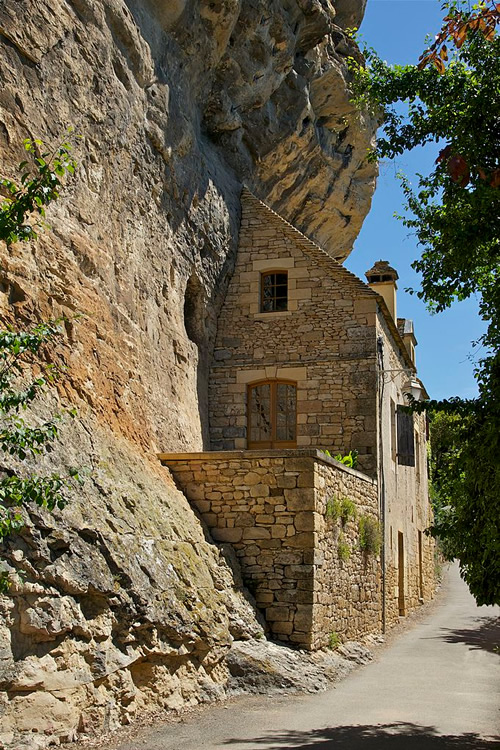 A troglodyte house in La Roque-Gageac in Dordogne, France Photo by Jebulon