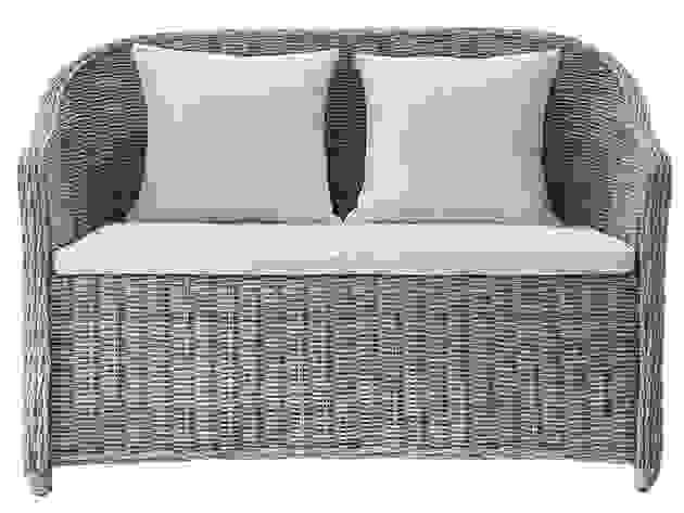 Dalle tipologie più semplici con due sedute fisse, a quelle con conformazione angolare e trasformabile, scopriamo. Divani Maison Du Monde Classici Moderni E Vintage Etnici E Da Giardino