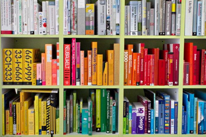 metodo konmari libreria ordinata per colore