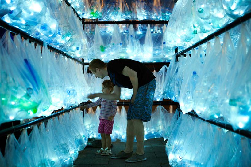 luzinterruptus-labyrinth-of-plastic-waste-poland-designboom-07