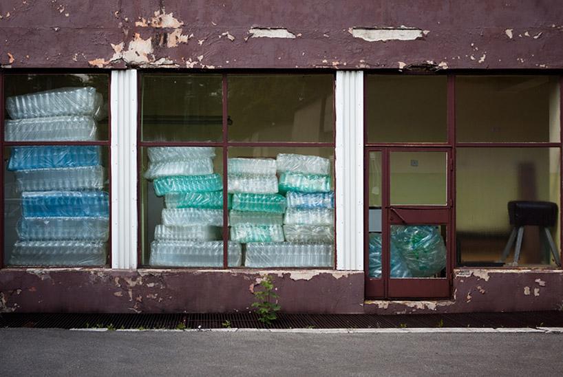 luzinterruptus-labyrinth-of-plastic-waste-poland-designboom-20