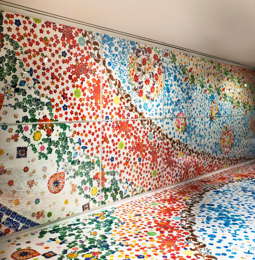 instalação floral preenche o espaço de exposições Hermès
