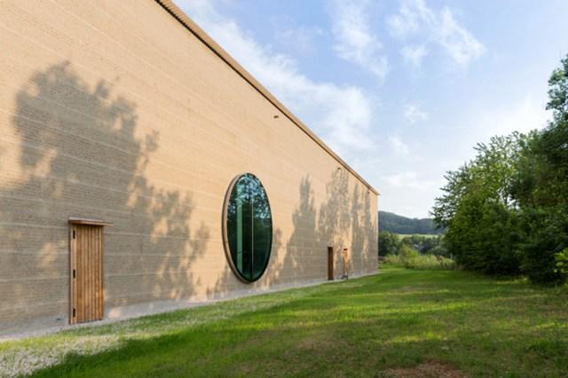 centro herzog-&-de-meuron-inauguram-ricola-erva-em-Laufen-designboom-02