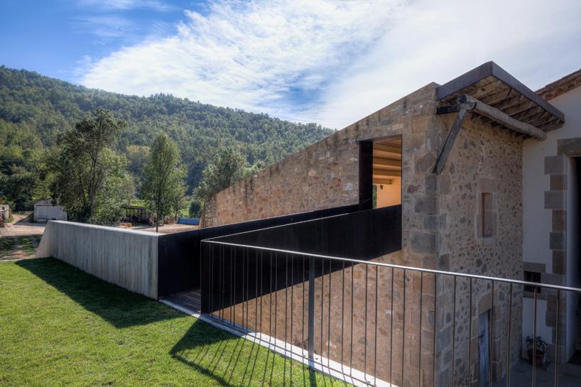 Arnau Estudi Darquitectura Renovates Catalonian Farmhouse