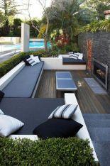 Área de lazer com sofá em tons de cinza, preto e branco