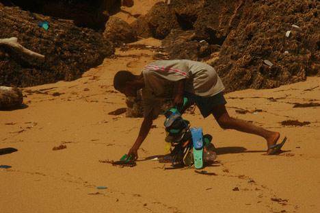 Retirando os chinelos das praias.