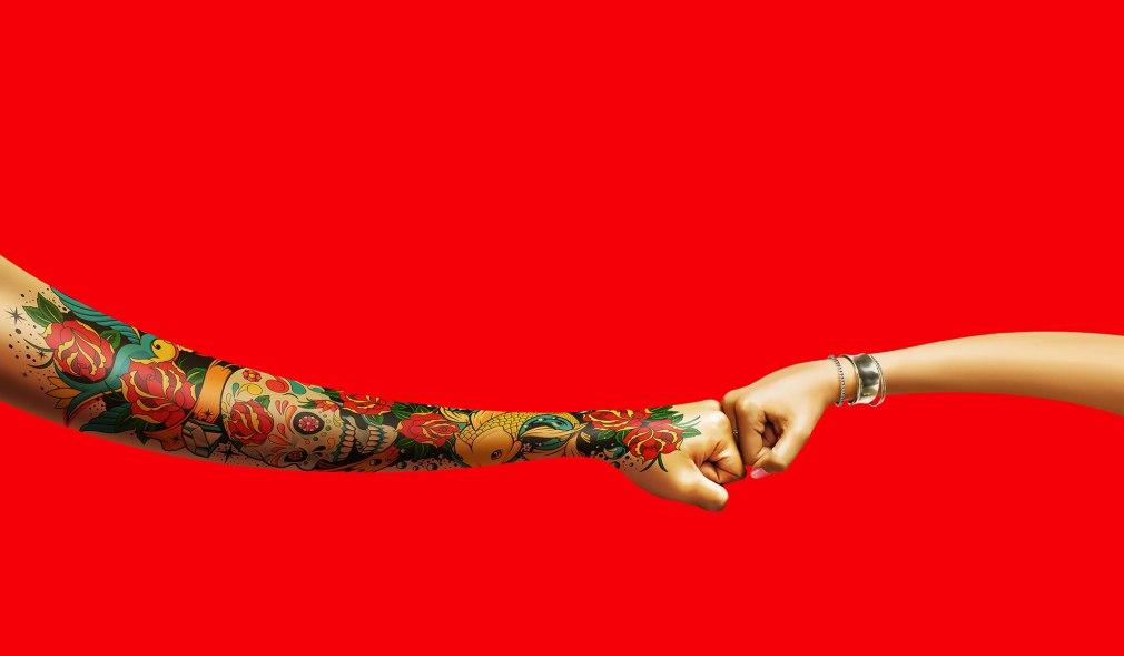 Coca-cola de mão dadas com tatuagem