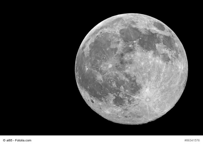 luna piena in bianco e nero