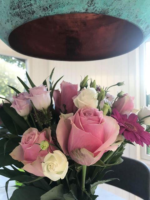 Smukke blomster og kobberlampe