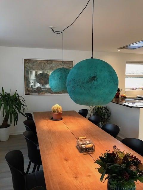 Kobber lamper til smukt spisebord fra tilfreds kunde