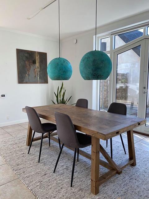 Oxideret kobberlamper i smukt hjem