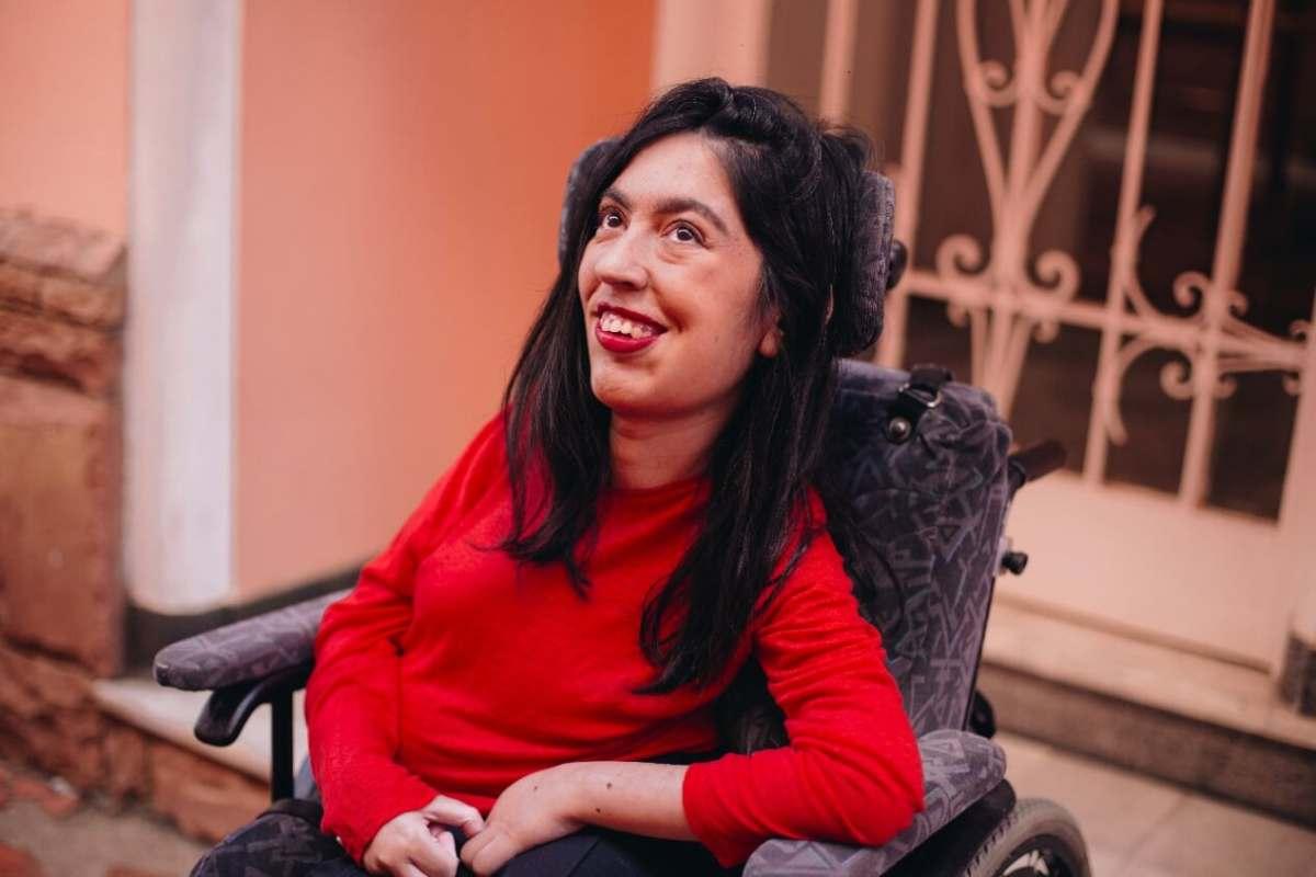 projeto Adobe MulheresInvisiveis - foto de uma mulher cadeirante sorrindo, retirada do acervo do projeto