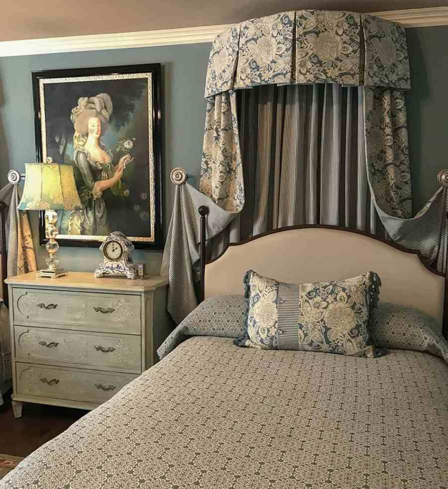 Teal bedroom in the Sarno House