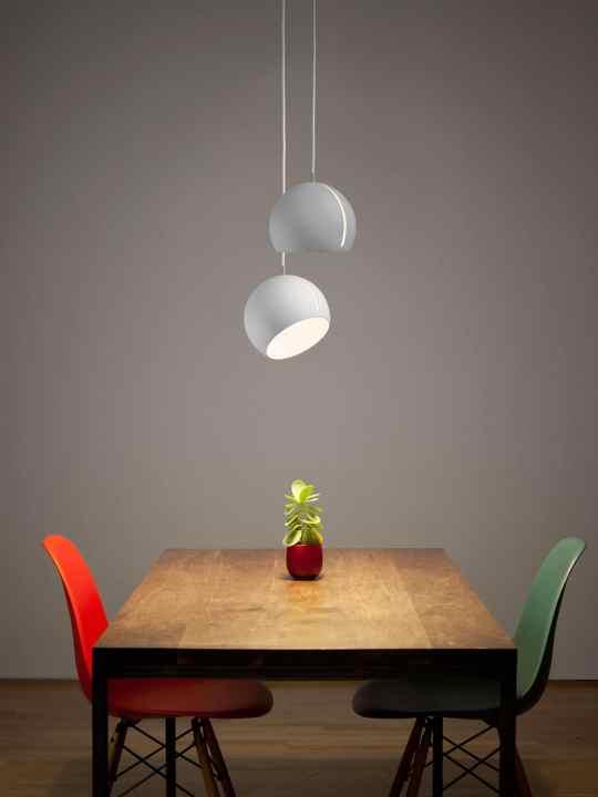 2x Nyta Tilt Globe weiss über Tisch