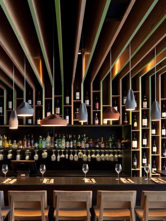 Pendelleuchten Pleat Box LED grau und Terrakotta über Tisch
