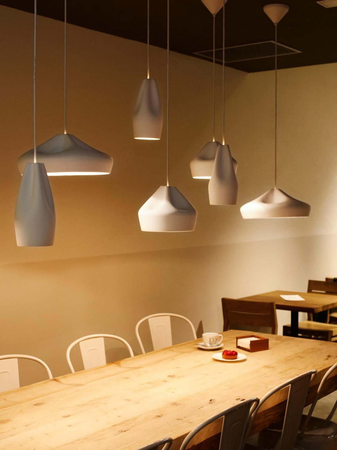 DesignOrt Blog: Pendelleuchten aus Keramik Alle Pleat Box LED Modelle über Tisch