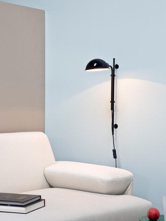 Funiculi A in schwarz neben dem Sofa