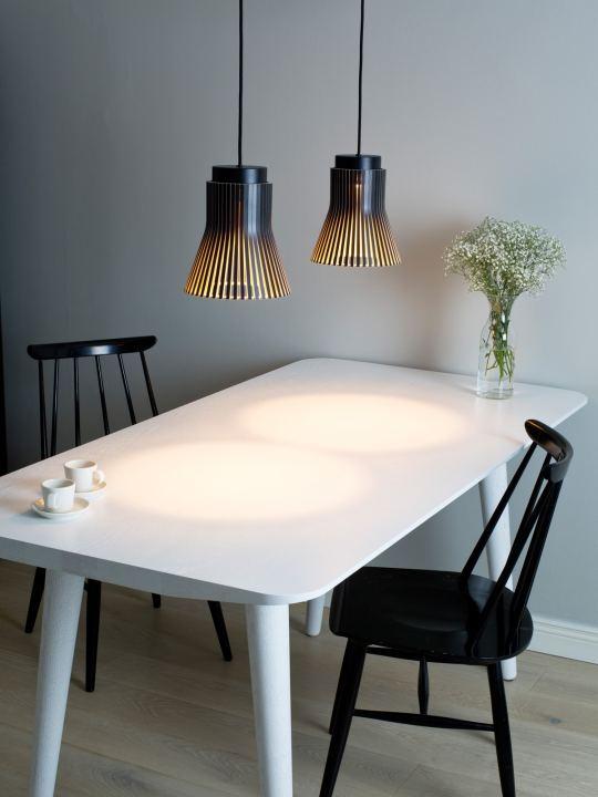 secto petite4630 schwarz über Tisch