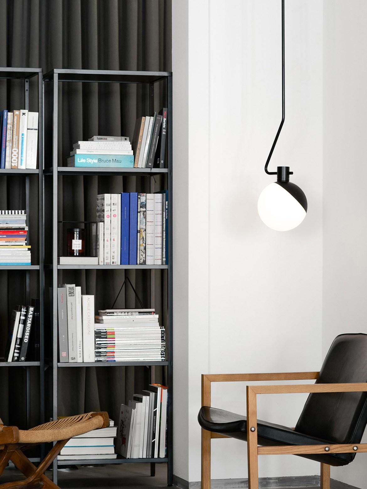 DesignOrt Blog: Die Designwelt von Grupaproducts Grupa Baluna C Pendelleuchte aus Opalglas mit Teleskopstange