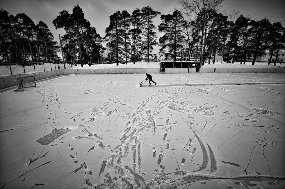 Vladimir Pesnya, Russia, Sputnik Hockey a Vetluga Evgeny Solovyov, allenatore capo della squadra amatoriale di hockey della città di Vetluga, nella regione russa di Novgorod, mentre prepara il campo per la partita. Vetluga, Russia, 19 febbraio 2015. (World Press Photo)
